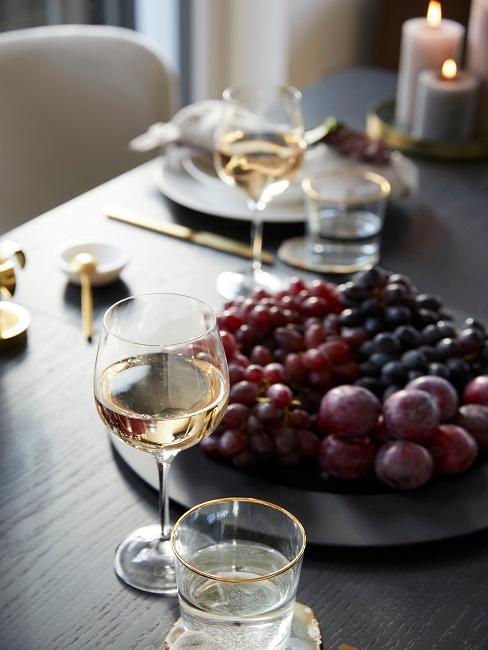 Rote Trauben und Weingläser