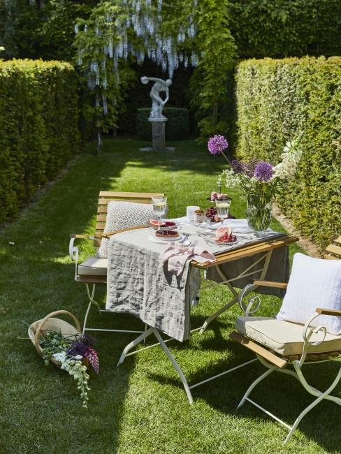 Grüner Garten mit Tisch und Stühlen