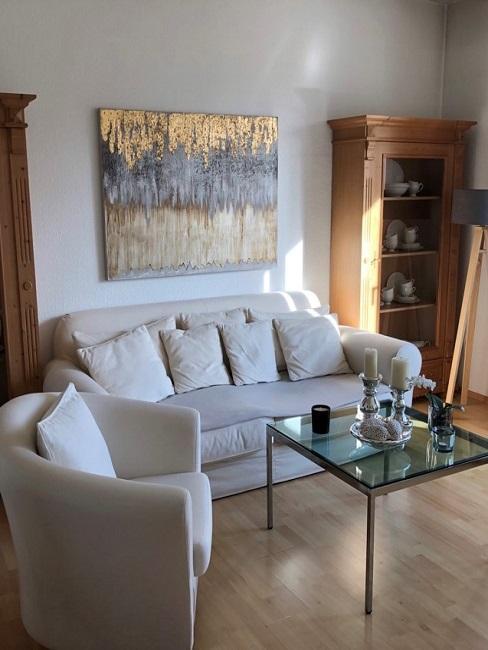 schmales Wohnzimmer einrichten Vorher Sofaecke Schraenke