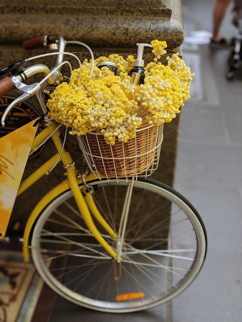 Fahrrad gelb lackieren und mit Blumen dekorieren