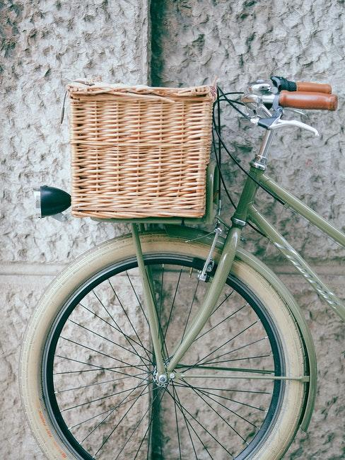Vintage Fahrrad mit Korb als Deko