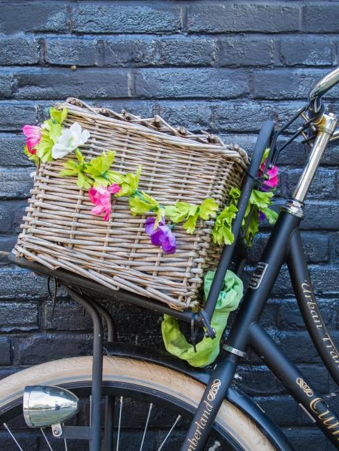 Mit Blumendeko und Korb das Fahrrad dekorieren