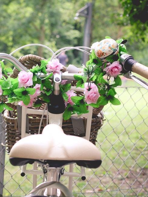 Blumen als Deko am Lenker des Fahrrads