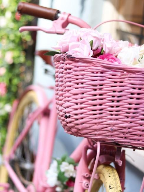 Fahrrad dekorieren mit rosa Korb und Blumengirlande
