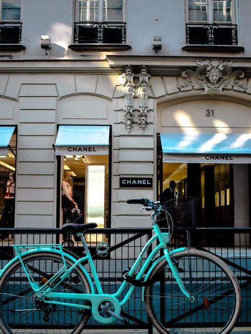 Türkis lackiertes Fahrrad vor einem Gebäude
