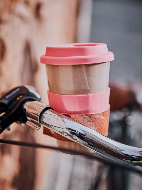 Fahrrad dekorieren mit einem Mehrwegbecher in einer Halterung