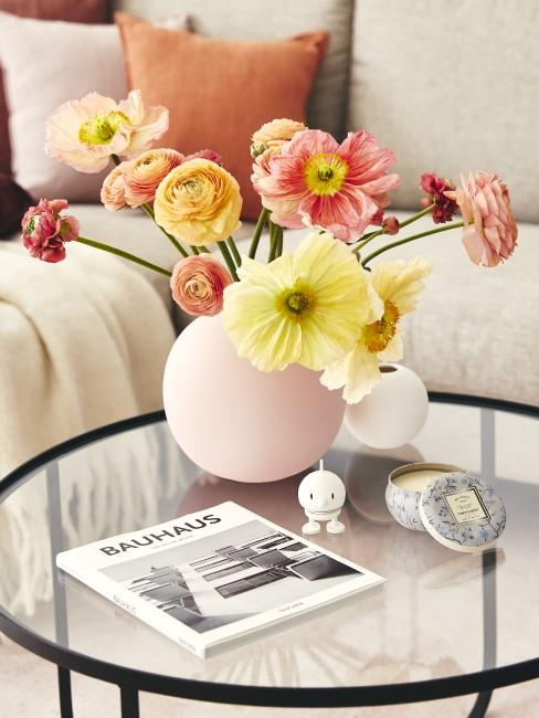 Bunte Ranunkeln als Frühlingsblumen in einer rosa Bauchvase
