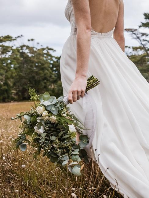 Braut mit Eukalyptus Strauß