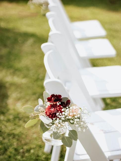 Blumen an Stühlen