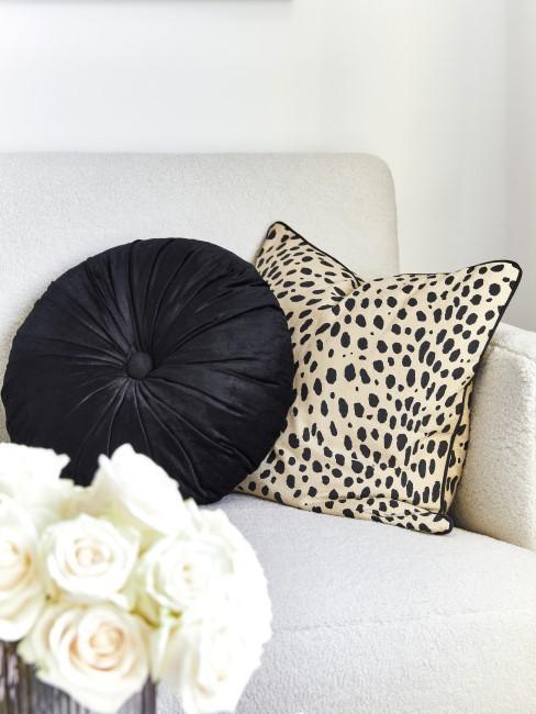 Leoprint Kissen und schwarzes Kissen auf weißer Couch