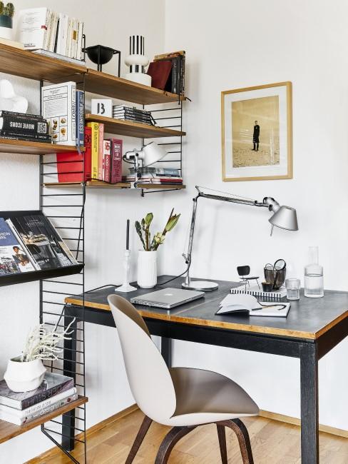 Home Office mit Wandregal, Schreibtisch und Stuhl