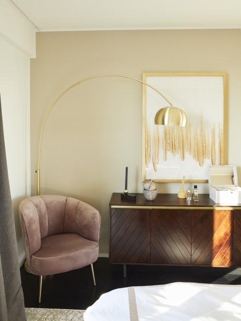 Klassisch glamourös eingerichtete Wohnung mit Gold und Samt