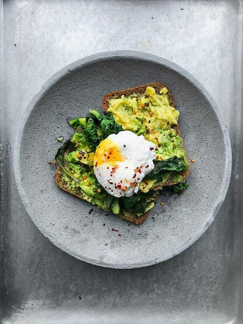 Selbstgebackenes Brot mit Avocado und pochiertem Ei