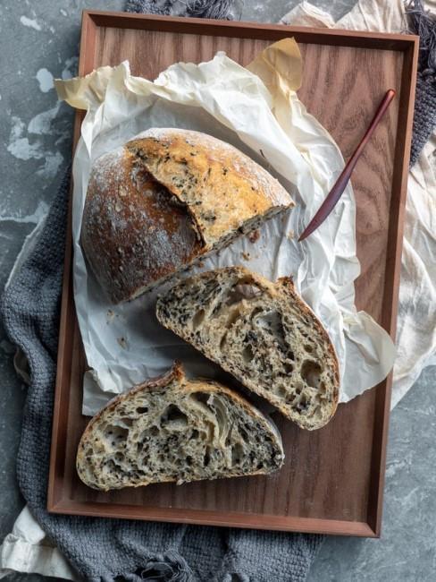 Selbstgebackenes Brot auf einem Schneidebrett