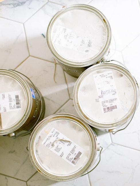 Farbeimer mit weißer Farbe fürs Zimmer streichen