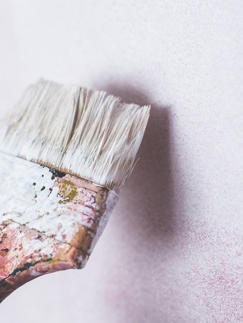 Pinsel zum Zimmer weiß streichen