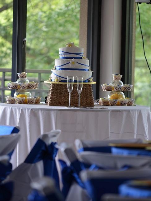 Hochzeitstorte mit blauen Zierungen