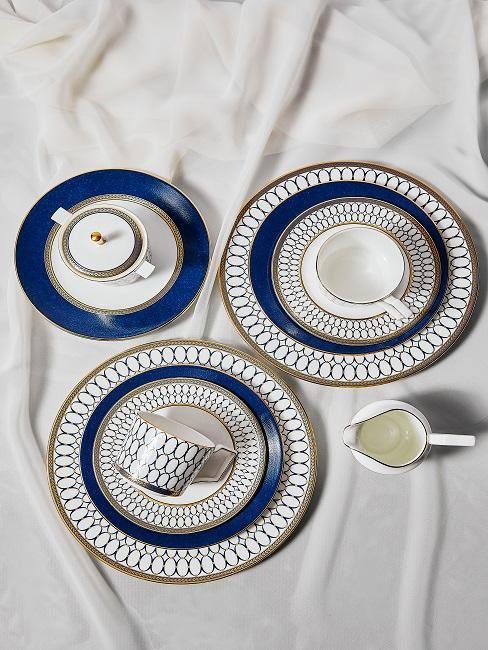 Elegantes Geschirr mit blauen Elementen