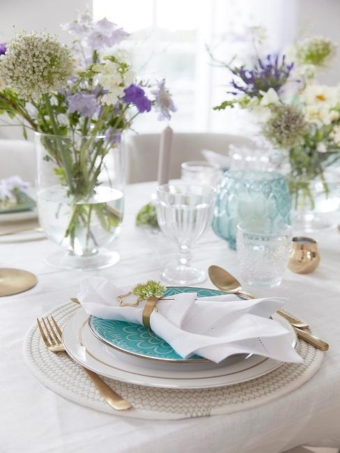 Tischdeko mit Blumen und goldenen Elementen