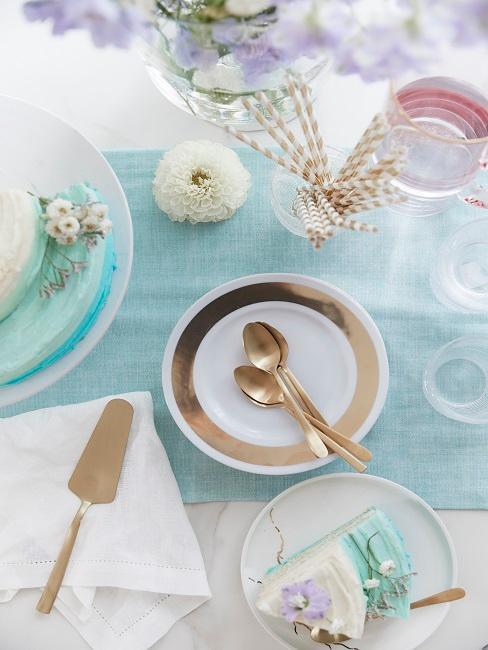 Tisch mit blauem Tischläufer