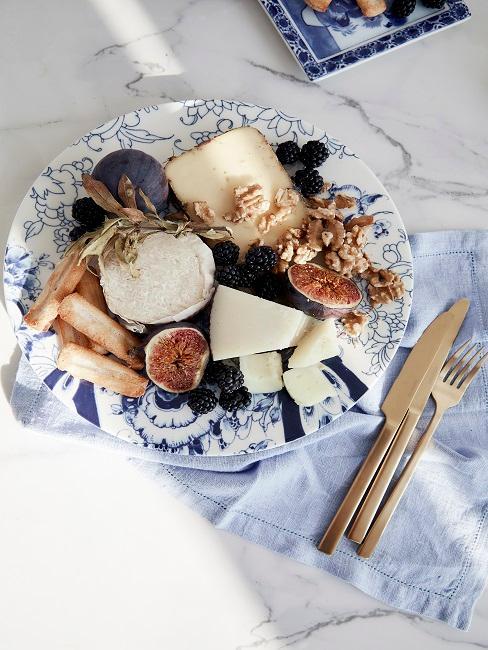 Käseplatte mit blauem Muster