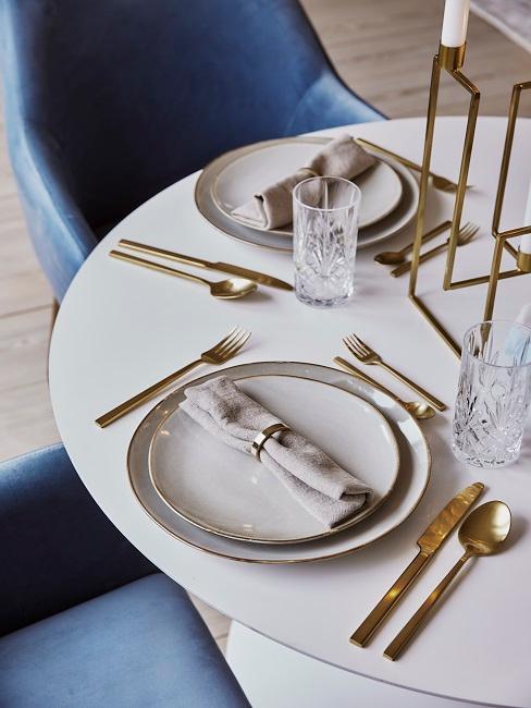 Tisch mit goldener Deko und blauen Stühlen