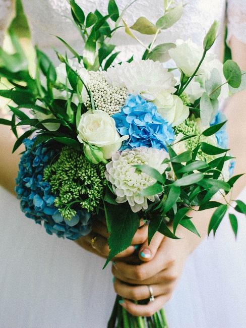 Braut hält einen blumenstrauß mit blauen Blüten