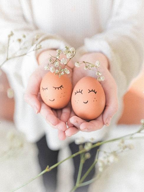 Ostereier in den Händen einer Frau