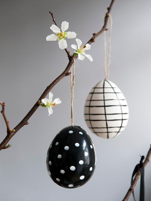 Ostereier in Schwarz Weiß an einem Zweig
