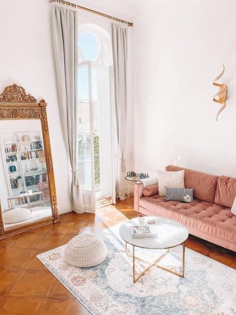 Barock eingerichtetes Wohnzimmer mit rosa Samtsofa