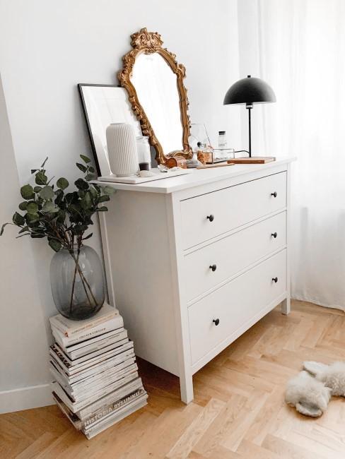 Kleiner Barockspiegel auf weißer Kommode