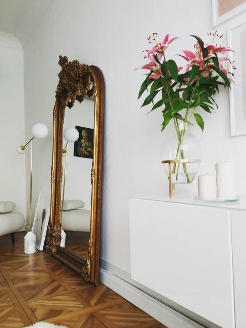 Barockspiegel steht in einem modernen Raum