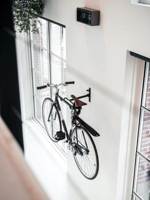 Ein Rad hängt in der Wohnung an der Wand an einer Halterung
