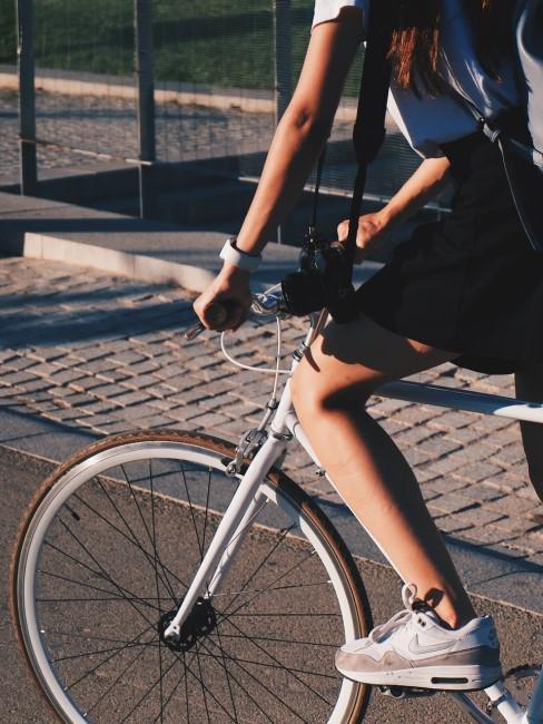 Frau fährt auf einem Fahrrad durch die Stadt