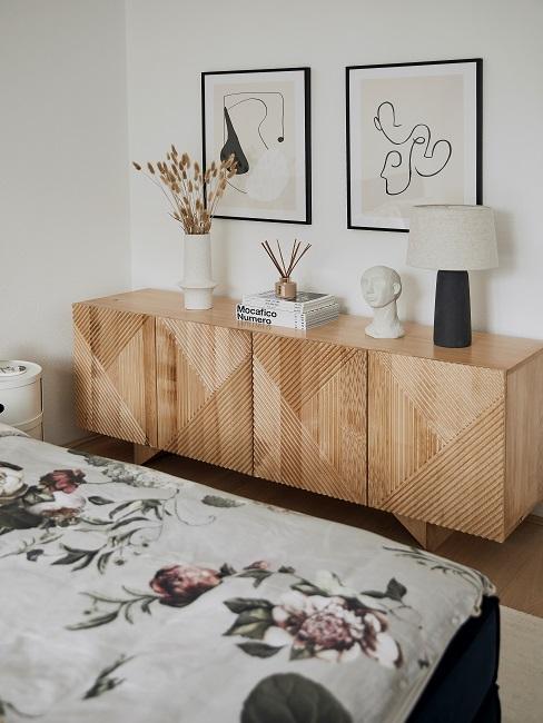 Maennerwohnung einrichten Schlafzimmer Sideboard Deko