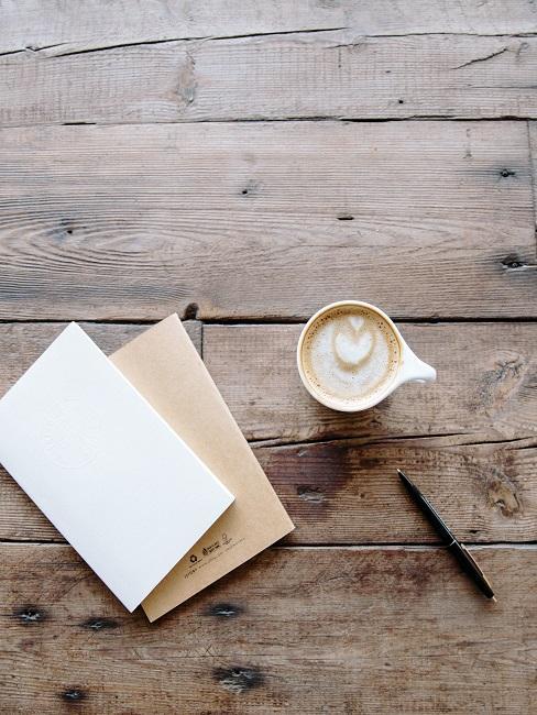 Briefumschlag neben einem Kaffee und einem Stift