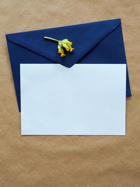 Briefumschlag in Blau und Papier
