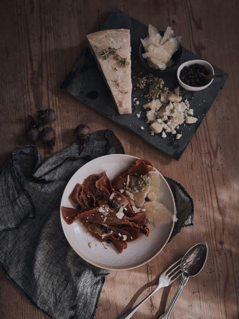 Selbst gekochtes Essen auf dem Holztisch