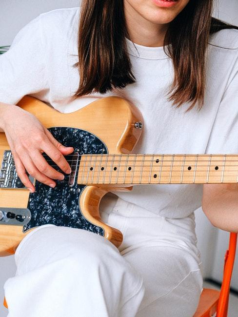 Frau spielt Gitarre