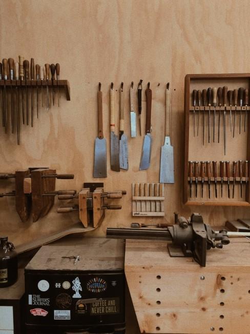 Aufgeräumtes Werkzeug in einem Werkraum