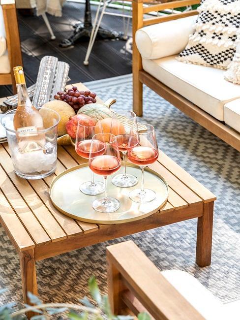 Tisch mit Gläsern und Snacks