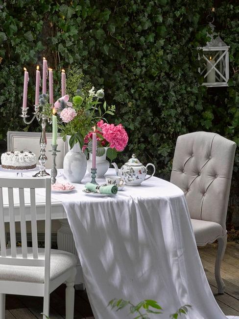Vintage Tisch mit Kerzenständer und Tischdecke