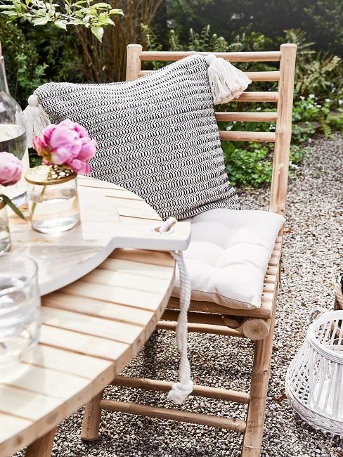 Holzstuhl mit Kissen