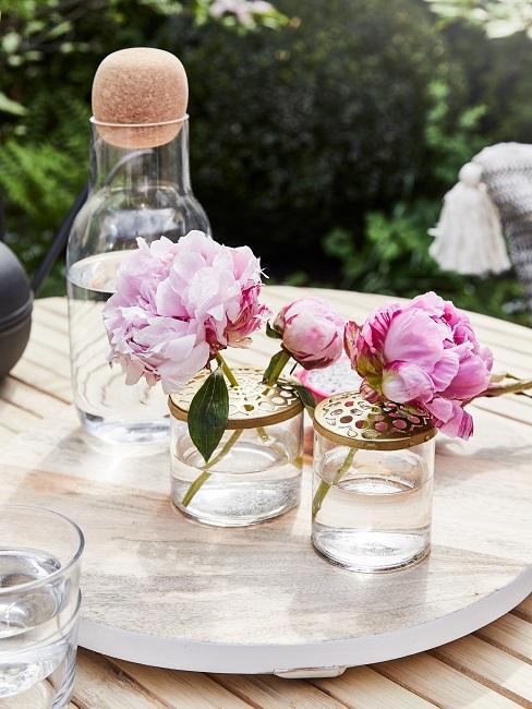 Blüten in Gläsern