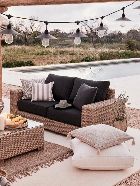 Rattan Sofa neben einem Pool
