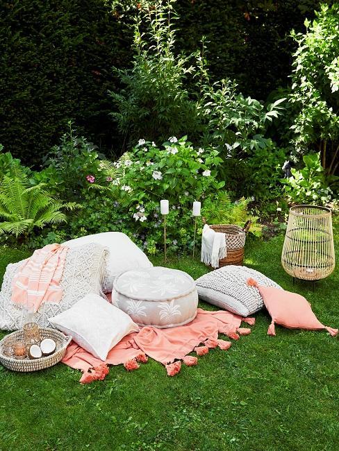 Bodenkissen und Decken auf grünem Rasen