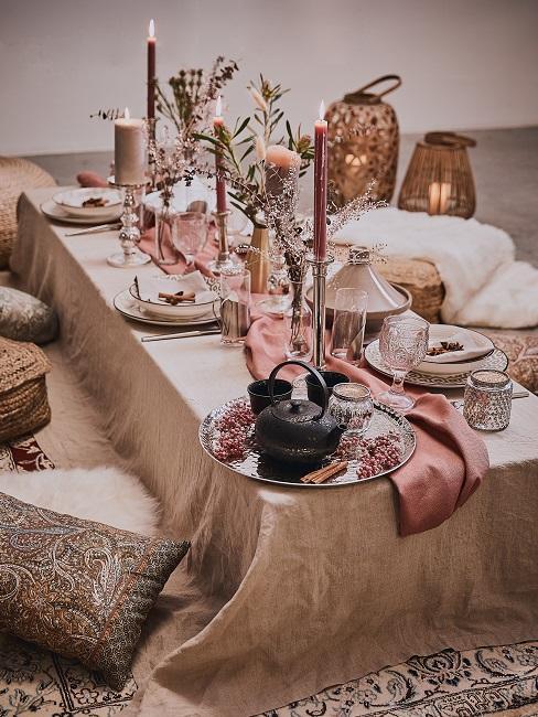 Orientalisch gedeckter Tisch mit Rosegold