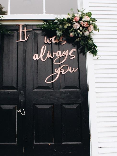 Rosegoldener Schriftzug an Tür