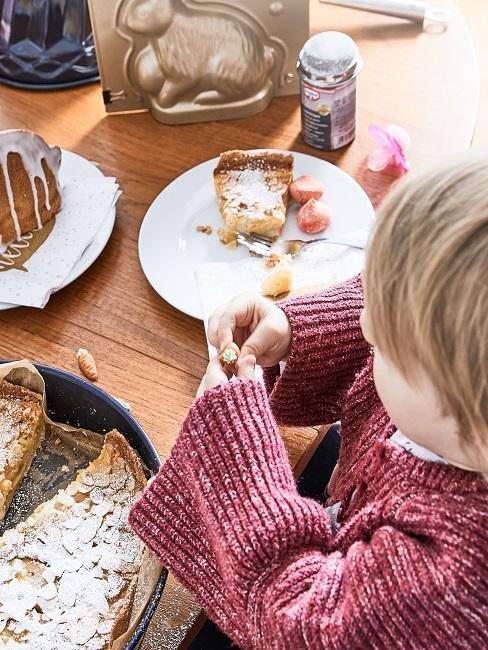 Kind mit Osterlamm