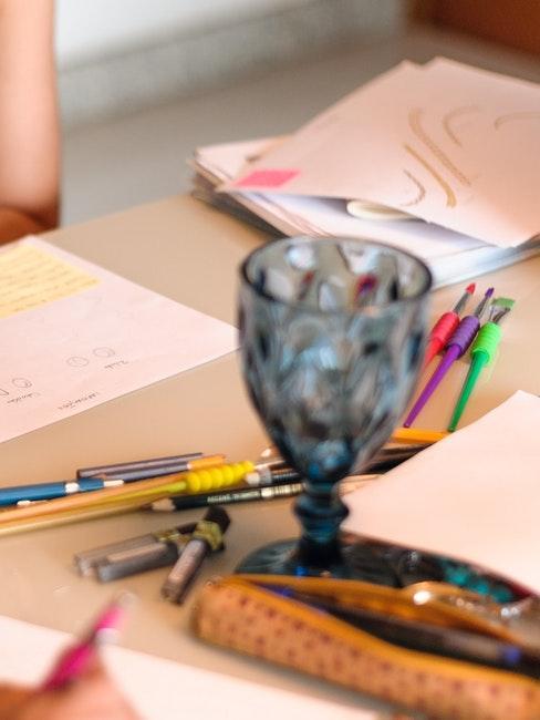 Mindmap Ideen auf Papier mit bunten Farben aufschreiben
